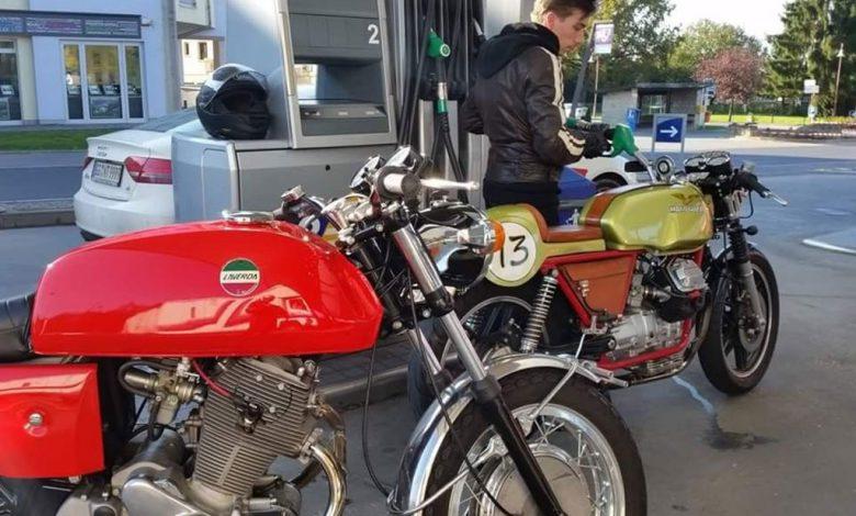 سوخت گیری موتورسیکلت در پمپ بنزین